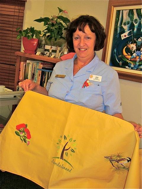 SI Joondalup member and Staff member of Sandalwood Hospice Julia Harvey Displays a quilt